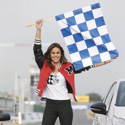Lara Álvarez dando el pistoletazo de salida en una carrera de coches