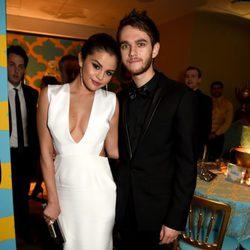 Selena Gomez y el dj ruso Zedd en la gala de los Globos de Oro 2015