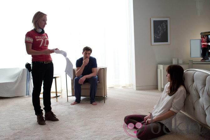 Jamie Dornan y Dakota Johnson escuchan a su directora en 'Cincuenta sombras de Grey'
