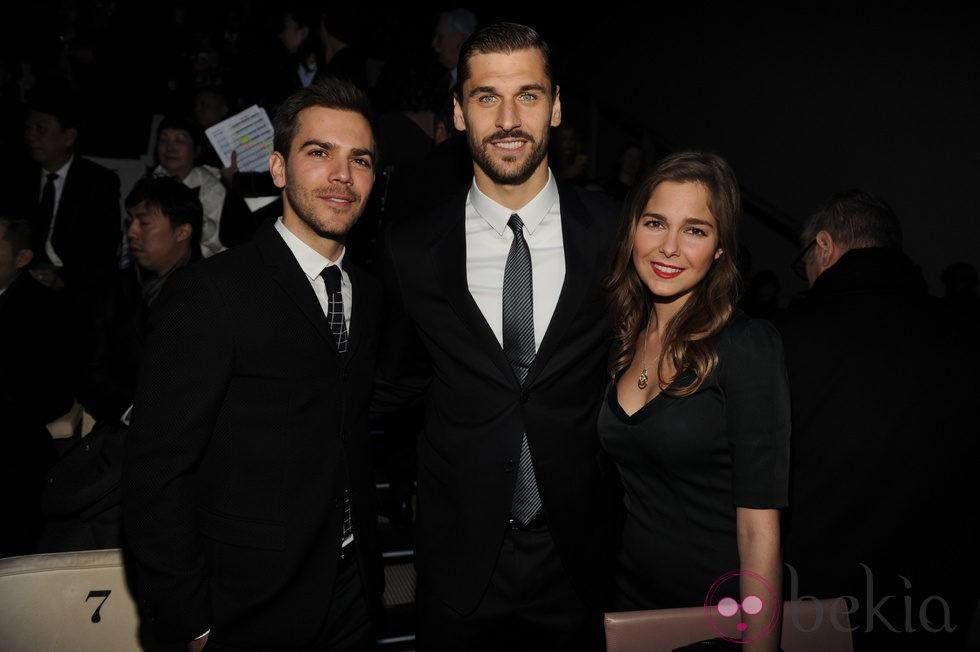 Marc Clotet y Natalia Sánchez con Fernando Llorente en la Semana de la Moda Masculina de Milán 2015