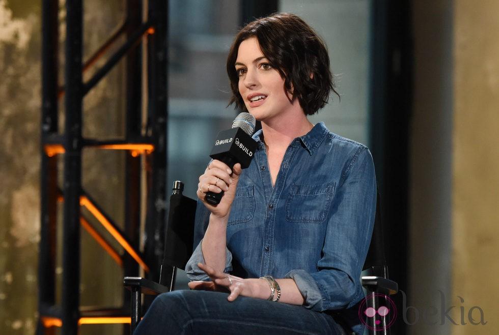 Anne Hathaway en los estudios  AOL de Nueva York