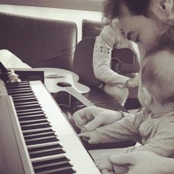 El hijo de Raquel del Rosario toca el piano ayudado por David Feito