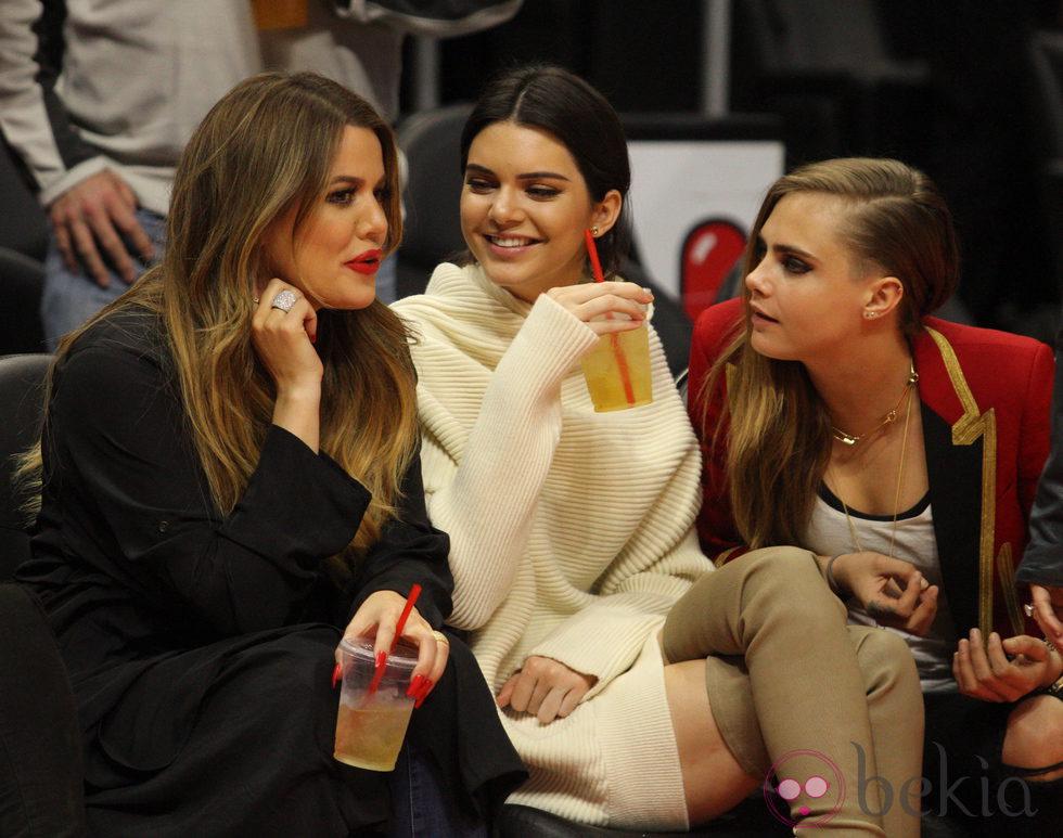 Kendall Jenner, Khloe Kardashian y Cara Delevingne en un partido de la NBA
