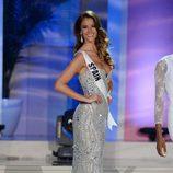 Desiré Cordero desfilando en traje de noche en la gala previa a la final de Miss Universo 2015