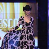 Rosa Benito desfilando con un diseño de María Escoté Junco en la Sálvame Fashion Week