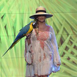 Lydia Lozano desfilando con un look playero en la Sálvame Fashion Week