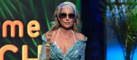 Rosa Benito desfilando con un look playero en la Sálvame Fashion Week