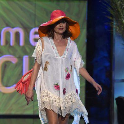 Gema López desfilando con un look playero en la Sálvame Fashion Week