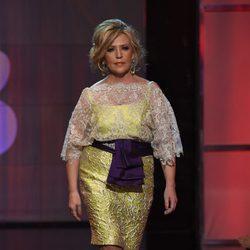 Lydia Lozano desfilando en traje de noche en la Sálvame Fashion Week