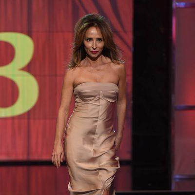 María Patiño desfilando en traje de noche en la Sálvame Fashion Week