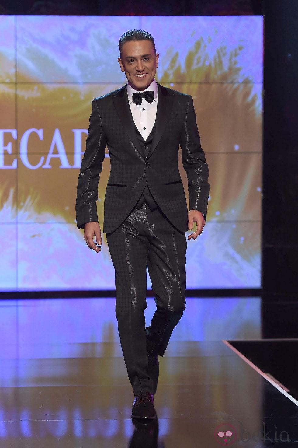 Kiko Hernández desfilando vestido de novio en la Sálvame Fashion Week