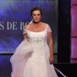 Chelo García Cortés desfilando vestida de novia en la Sálvame Fashion Week