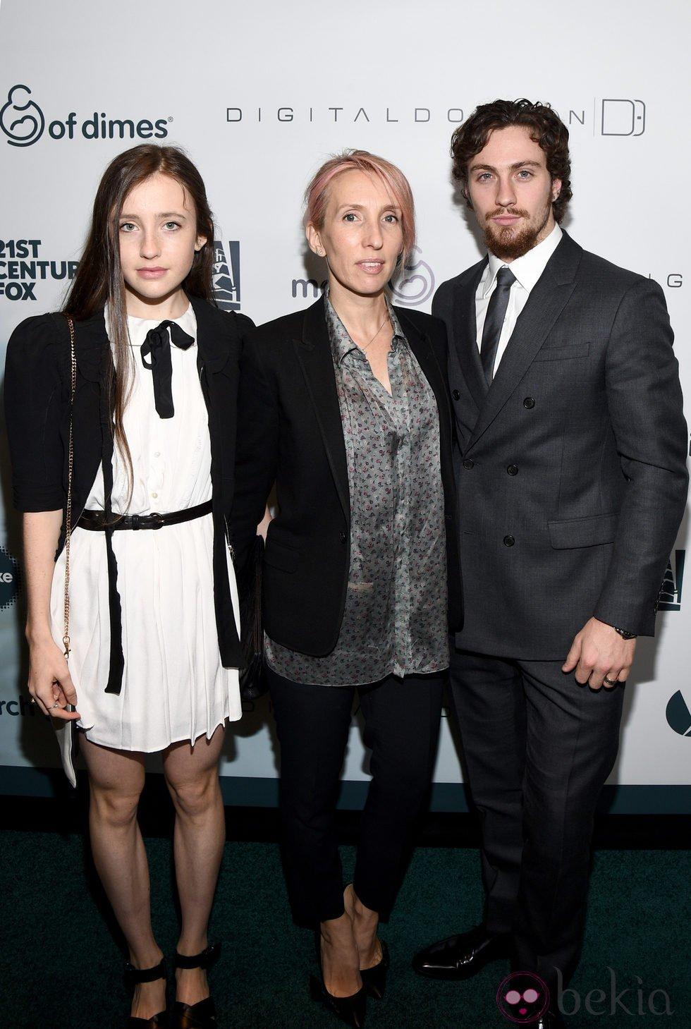 Sam Taylor-Johnson con su hija Angelica Jopling y su marido Aaron Taylor-Johnson