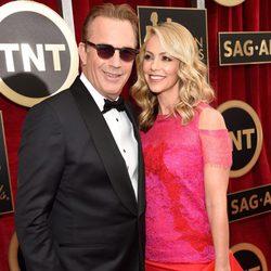 Kevin Costner y Christine Baumgartner en la alfombra roja de los Screen Actors Guild Awards 2015