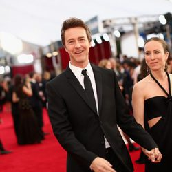 Edward Norton y Shauna Robertson en la alfombra roja de los Screen Actors Guild Awards 2015