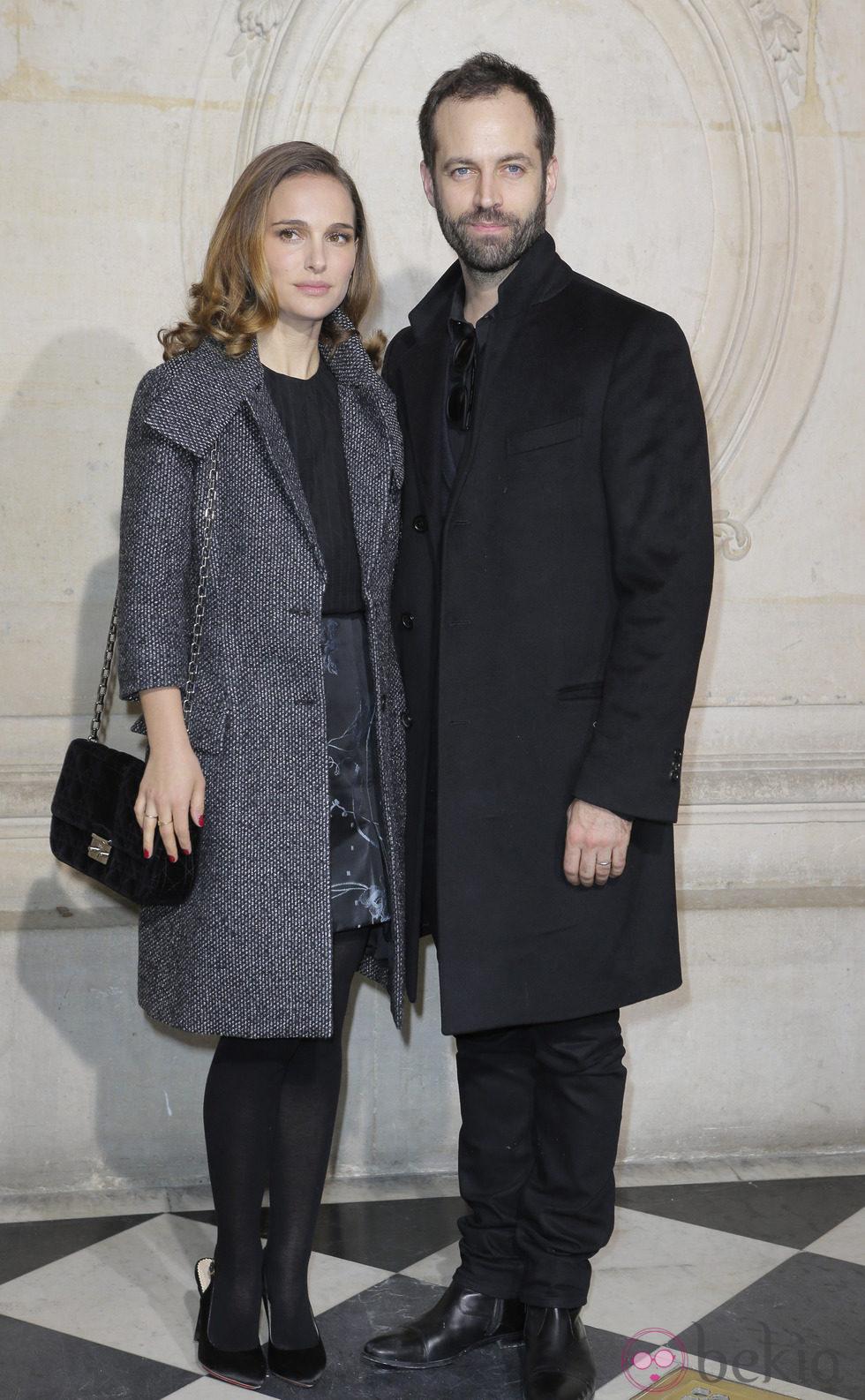 Natalie Portman y Benjamin Millepied en el desfile de Dior en la Semana de la Alta Costura de París primavera/verano 2015
