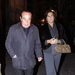 Curro Romero y Carmen Tello en el funeral de María Pérez Montané, madre de Los Morancos