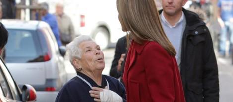La Reina Letizia habla con una anciana antes de una reunión con FEDER