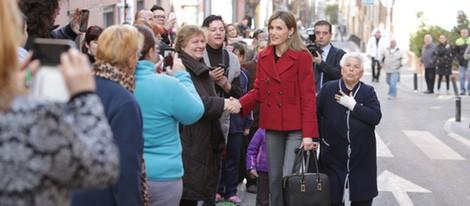 La Reina Letizia saluda a unas señoras antes de una reunión con FEDER