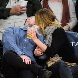 El beso de Cameron Diaz y Benji Madden en un partido de los Lakers en Los Ángeles