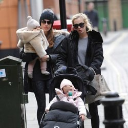 Tamara y Petra Ecclestone con sus hijas Sophia Rutland y Lavinia Stunt en el centro de Londres
