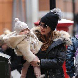Tamara Ecclestone con su hija Sophia Rutland en el centro de Londres