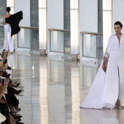 Nieves Álvarez desfilando con Stephane Rolland en la Semana de la Alta Costura primavera/verano 2015