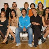Amparo Baró con el reparto de la serie '7 Vidas'