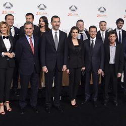 Los Reyes Felipe y Letizia en la foto de familia de la fiesta del 25 aniversario de Antena 3