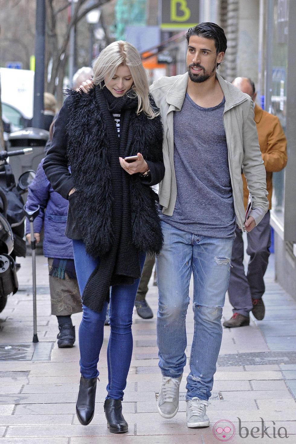 Sami Khedira y Lena Gercke disfrutan de un paseo por las calles de Madrid