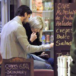 Sami Khedira y Lena Gercke descansa de su paseo por Madrid en una cafetería