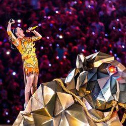 Katy Perry subida a un enorme león durante su actuación en la Super Bowl 2015