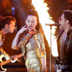 Katy Perry con Lenny Kravitz durante su actuación en la Super Bowl 2015