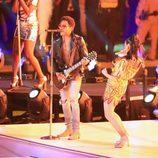 Katy Perry bailando a Lenny Kravitz durante su actuación en la Super Bowl 2015