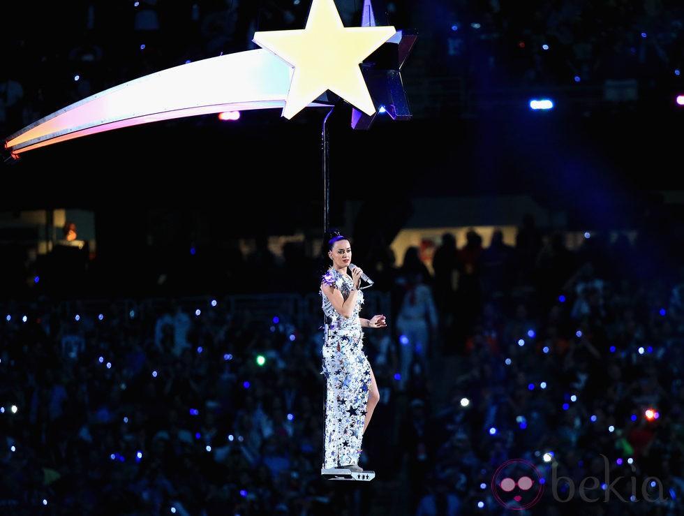 Katy Perry sobrevolando el estadio durante su actuación en la Super Bowl 2015