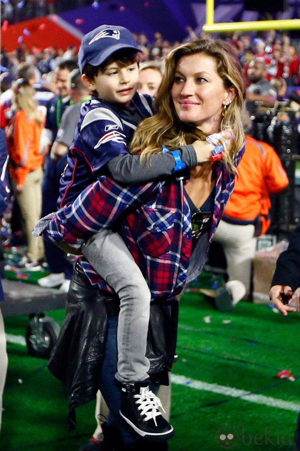 Gisele Bundchen con su hijo Benjamin en la Super Bowl 2015