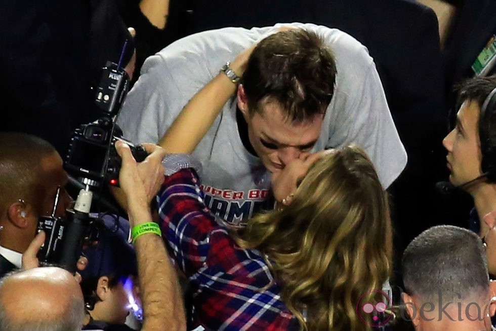 Tom Brady besando a Gisele Bundchen tras ganar la Super Bowl 2015
