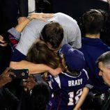 Tom Brady celebrando con Gisele Bundchen y su hijo Benjamin su victoria en la Super Bowl 2015