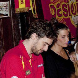Pau Gasol y su novia Silvia López, en la celebración de la victoria del Eurobasket 2011