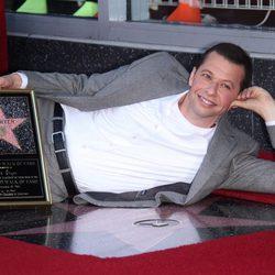 Jon Cryer posa con su estrella en el Paseo de la Fama de Hollywood