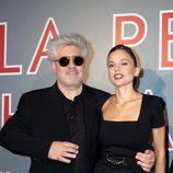 Pedro Almodóvar y Elena Anaya en el estreno de