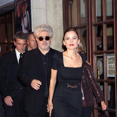 Elena Anaya y el director Pedro Almodóvar en el estreno de