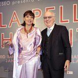 Elsa Martinelli y Carlo Giovannelli en el estreno de