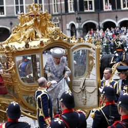 La Reina Beatriz de Holanda baja de una carroza en la apertura del parlamento holandés