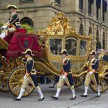 La Familia Real de Holanda a bordo de una carroza en la apertura del parlamento