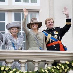 La Familia Real de Holanda saluda desde un balcón en la apertura del parlamento