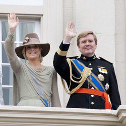 Los Príncipes Guillermo y Máxima de Holanda saludan en la apertura del parlamento