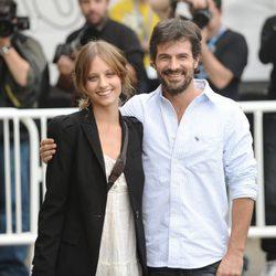 Michelle Jenner y Rodolfo Sancho a su llegada al Festival de San Sebastián