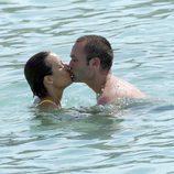 Andrés Iniesta y su novia Anna Ortiz se besan en la playa