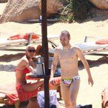 Andrés Iniesta con el torso desnudo junto a Anna Ortiz